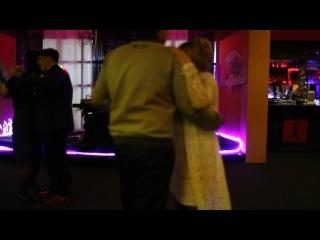 танец жениха с мамой исполняют невеста и сын