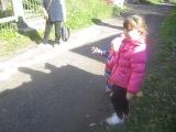 Бесконечная игра: возьми у мамы листик и положи его в воду)))