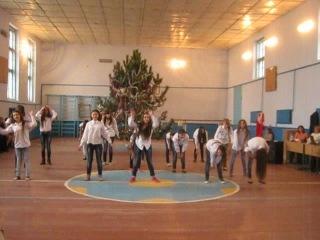 танец на Новый Год) 9-Б класс, 2014..