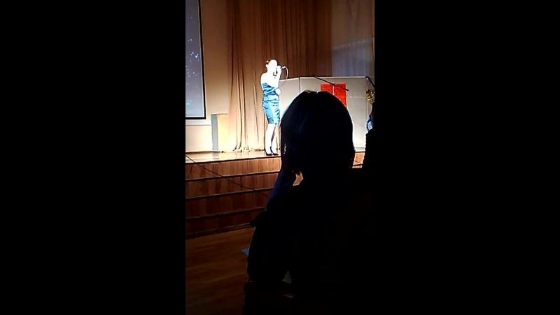 девченка круто поёт