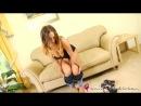 Стейси Пул (Stacey Poole) показывает сиськи на диване