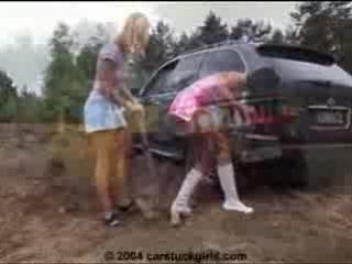 Девушки и грязь.