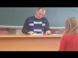 Преподаватель проверяет лекции