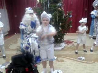 Танец белых медведей Рома главный медведь НГ в детском саду