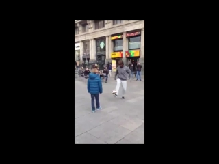 Криштиану Роналду сделал подарок мальчику на одной из улиц Мадрида (полное видео).