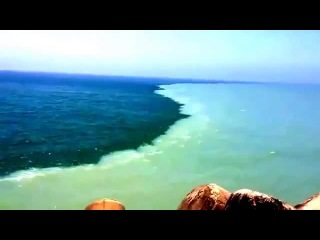 Море которое разделено на две части. Это сделал Аллаh когда пророк муса спасался от фараона (Ар-Рахман 19-20 аяты)