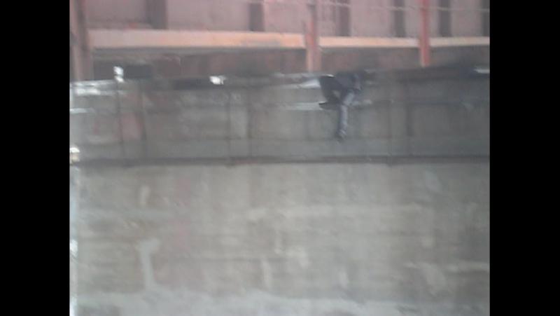 прыгнул рельсы еблан поезд мост камикадзе ниндзя пьяный залез ебанутый малолетка насмерть на всю голову дебил железный рыжый
