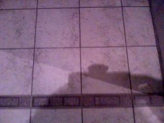 Плитка пола в ванной.