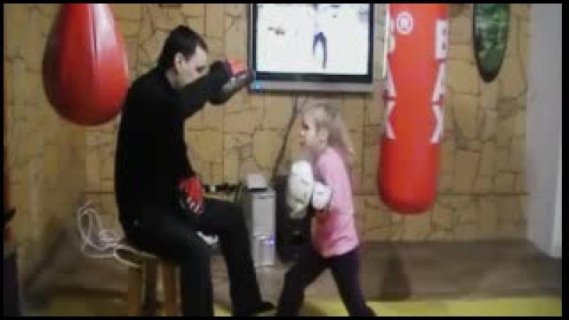 Devochka boksjor 5 let rabota na lapah s