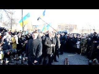 Родственники Небесной Сотни освистали президента Порошенка или как БАНДЕРОВСКАЯ братва КИДАЕТ своего лидера!