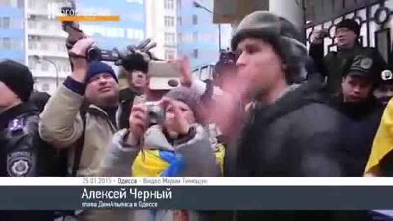 В Одессе устроили похороны Путину и сожгли его гроб возле консульства РФ