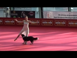 балерина и собака танцуют
