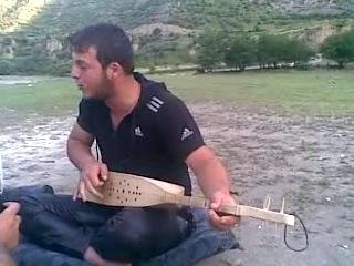 Кавказ! - парень поет песню