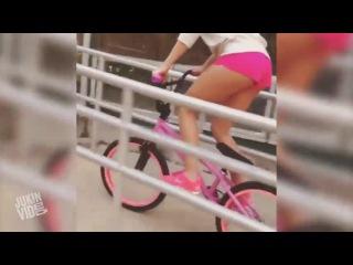 Bisikletten düşen pembeli kız