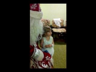 Катя рассказывает стих для Деда Мороза