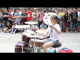 Девушка играет на барабанах - артистичный перформанс