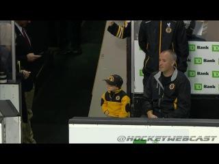 Маленький Мальчик Приветствует Пацанов из Бостона