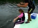 Дельфин насилует девушку =D