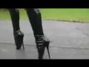 я иду такая вся.отличная ржачная подборка видео с девушками на каблуках.)))