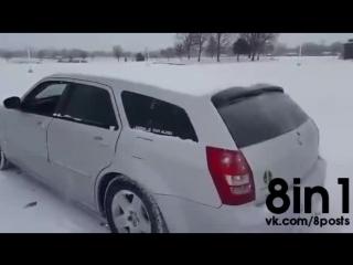 Как быстро очистить машину от снега с помощью сабвуфера / Guy Figured Out How To Clear The Snow From His Car Using Bass