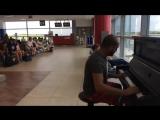Пианист играет в аэропорту