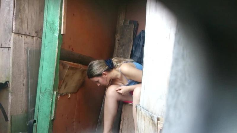 Скрытая камера в деревенском туалете смотреть