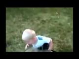 Прикол - Ребёнок пьёт из шланга !