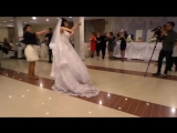 Молодая девушка исполняет роль мальчика в танце