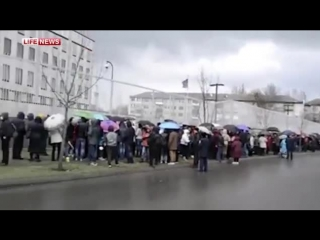 Митингующие забросали посольство США в Киеве навозом.