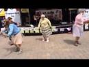 бабушки круто танцует