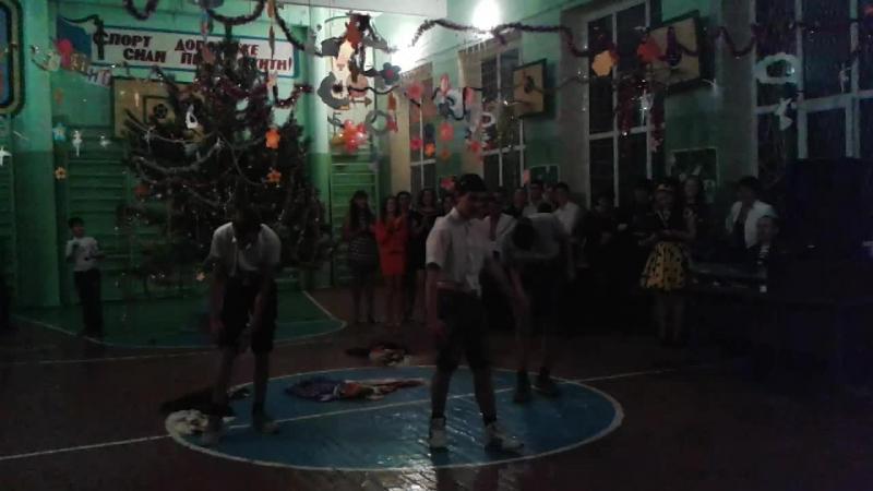 Танец на новый год)) 9 класс))