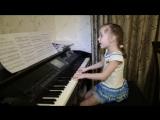 Девочка красиво  поет песню
