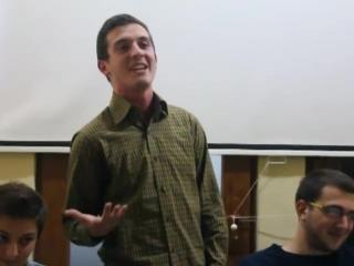 ბიჭი კითხულობს ლექსს, მაგრამ რაც მე-2 წუთიდან დაიწყო, მსგავსი ჯერ არ მინახავს! ბრავო!