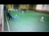 Тренер учит новых футболистов