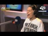 Ellie Goulding, Jessie J e Charli XCX cantando Michael, Whitney, Katy entre outros.