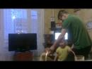 дедушка с внучками танцует