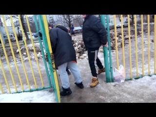 Пацаны сломали дверь и пытаются вставить))