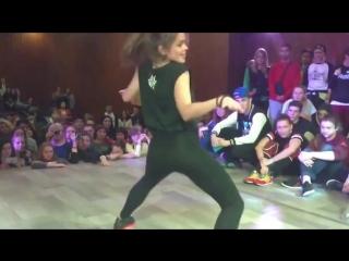 Девушки классно танцуют)))) (уличные танцы)