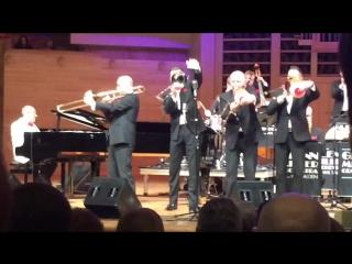 На концерте джазового оркестра им.Глена Миллера