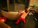 Нереальные танцы! Очень смешное видео! маленький ребёнок отжигает в ванной под песню Жени Белоусова!