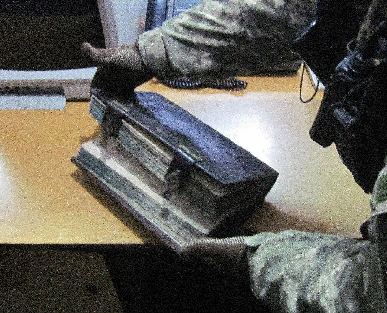 50-летний украинец хотел вывезти в Российскую Федерацию старинную книгу «Апостол»