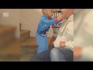 Реакция ребенка на папин фокус бесподобна