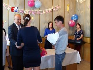 В родильное отделение на выписку новорожденных приехал глава городского округа Первоуральск Николай Козлов.