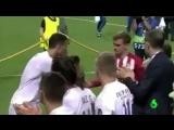 Криштиану Роналду утешает Антуана Гризманна после финала Лиги Чемпионов