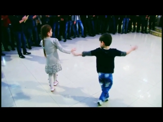 как мило.Маленькая пара танцует лезгинку!СУПЕР