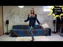 Красиво танцует.Девушка танцует дома.