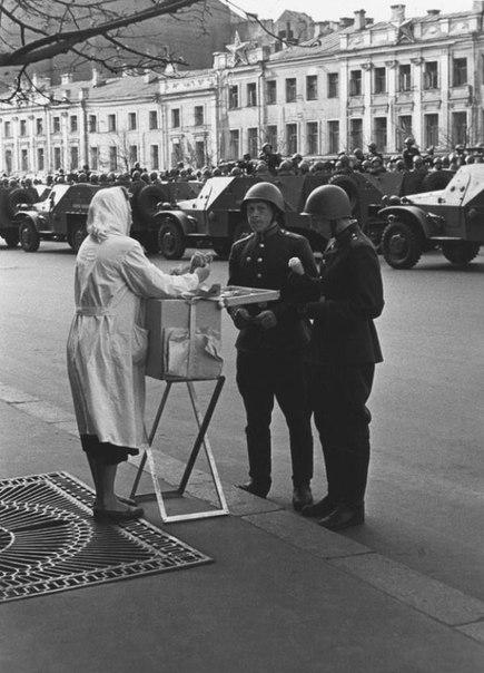 Первомайский парад. Мороженое. СССР. 1950 г.