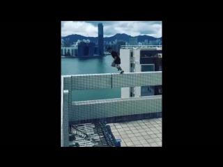 Британский руфер прыгает между двумя небоскрёбами / British daredevil leap between 25 story skyscrapers in from Hong Kong