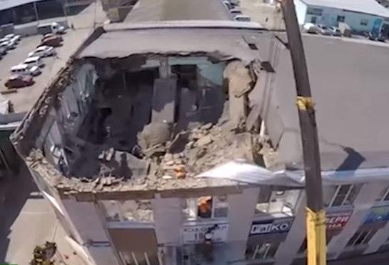 Беспилотник заснял здание с обрушившейся крышей в Кемерово (видео)