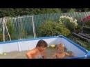 Марк с Милани купается в бассейне 1,8 г.